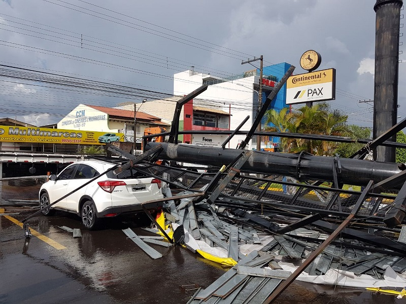 Torre de placa no estacionamento de supermercado despenca com o vento